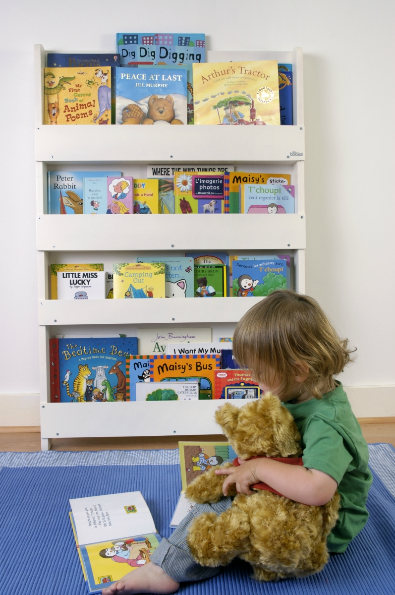The tidy books children 39 s bookcase perfect book loubilou for Kinderzimmer wand
